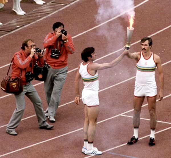 Огонь из рук трехкратного олимпийского чемпиона Виктора Санеева