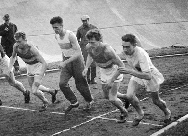 Георгий (2 справа) и Серафим (4 справа) Знаменские. ЛБратья поздно пришли в легкую атлетику — в 27 и 30 лет. В таком возрасте нынешние бегуны порой уже уходят на пенсию. Так ведь и большого спорта в стране до того, по сути, не было. А «рекордомания» даже преследовалась на государственном уровне! И вот с 1934 по 1940 год братья (особенно Серафим) не только не знали себе равных на всесоюзной арене, но и трижды выигрывали парижский кросс «Юманитэ», где зачастую собиралась мировая элита. В 1935, 1936 и 1938 годах Серафим неизменно приходил к финишу первым, Георгий — вторым. Братья прослыли даже в кругу товарищей по спорту довольно нелюдимыми. Впрочем, были тому причины. Они небезосновательно опасались репрессий. И когда они уже за свои победы были представлены к правительственным наградам, кто-то из особо рьяных доброжелателей доложил-таки Сталину о происхождении поповских сынков Знаменских. Но Сталин сам когда-то учился в семинарии и отнесся к братьям столь доброжелательно, что даже предложил им свои услуги в плане неприятностей их недругам. Братья от такой награды благородно отказались. К началу войны они уже завершили свои выступления в спорте. К тому времени уже закончили медицинский институт, стали квалифицированными специалистами, одними из основателей спортивной медицины в стране. Записались в июле 1941 года добровольцами в ОМСБОН — в подразделение, где из спортсменов высокого класса готовили профессиональных диверсантов для работы в тылу врага. Лечение бойцов и контроль за их здоровьем братья успешно сочетали с прохождением полного курса бойца спецназа. Более того, спортивный азарт не переставал вылезать наружу и у Знаменских-офицеров. Знаменитый лыжник Иван Рогожин рассказывал корреспонденту «Труда», как в ноябре 1941 года братья поспорили с лучшими в стране лыжниками-гонщиками и вызвались наперегонки бежать с ними вдоль лыжной трассы. И первый километр даже держались впереди! Но бежать в сапогах по рыхлому снегу, конечно, сложнее, чем нестись по накатанной лыж