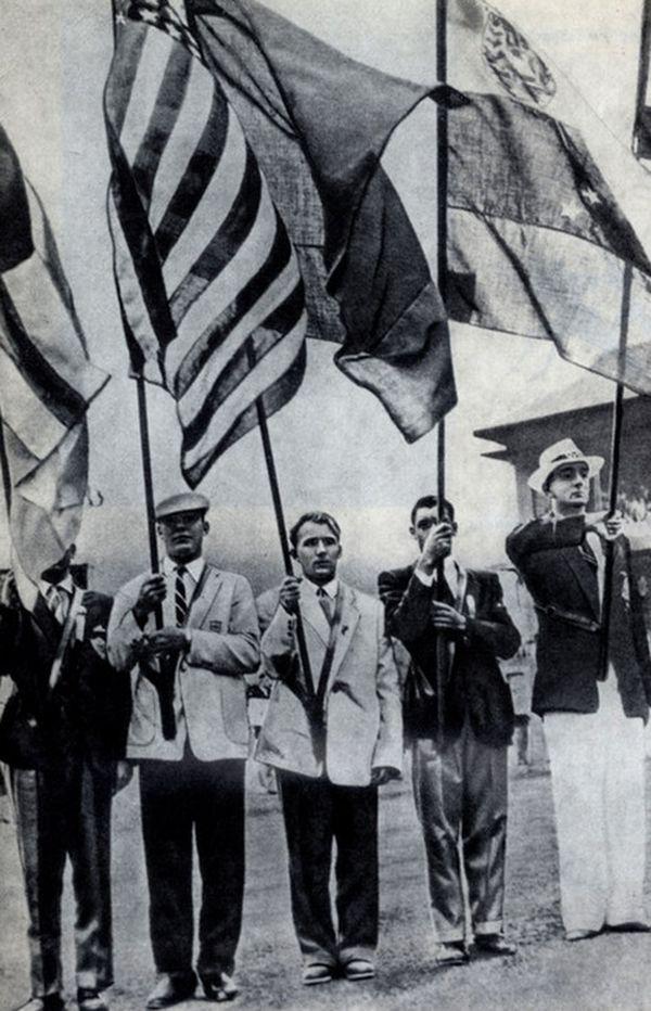 Закрытие XVI Олимпийских игр. Флаг СССР несет Владимир Куц